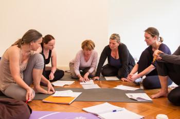 Teamwork - Gruppenarbeit an einem Ausbildungswochenende