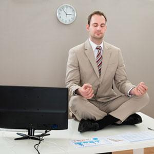 Meditation auf Schreibtisch