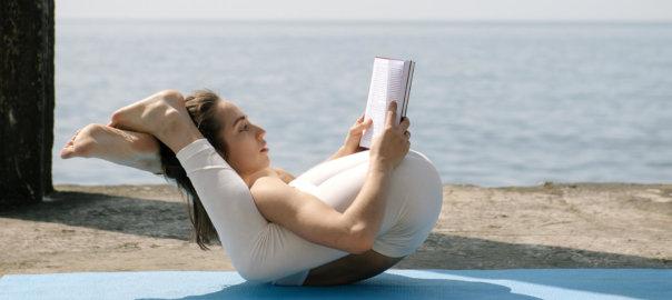 Frau in fortgeschrittener Yoga-Asana